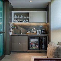 """1,081 curtidas, 19 comentários - ⠀⠀⠀⠀⠀⠀⠀⠀AH! Lá em casa  (@ahlaemcasa) no Instagram: """"Vamos entrar no clima do feriado?? Varandinha linda em tons neutros. Olha como fica lindo levar o…"""" Mini Bars, Lounge Design, Balcony Design, Coin Bar, Balcony Bar, Modern Home Bar, Home Bar Designs, Bars For Home, Home Decor Furniture"""