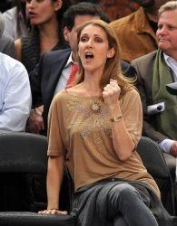 Celine Dion toujours passionnée lorsqu'elle regarde un match de basket-ball, elle ne fait pas semblant  pour l'écouter http://www.mp3-arabe.com/modules/mytube/singlevideo.php?cid=25&lid=373
