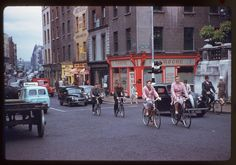 In American photographer Charles Cushman visited Ireland and captured wonderful photos of its capital, Dublin, on color slides. Old Pictures, Old Photos, Then And Now Photos, Dublin City, Romantic Photos, Dublin Ireland, Portrait Photo, Vintage Photographs, Street View