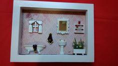 Quadro para banheiro feito em madeira MDF, pintado com tinta PVA,miniaturas em resina pintada e envernizada,detalhes em flores artificias,miniaturas de bijú.Quadro envernizado e com vidro de proteção. R$ 115,00