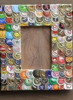 recycle bottle tops Good for all my beer bottle caps.I'm thinking using my collection of beer bottle caps.recycle bottle tops into a cool, retro, mod picture frame. Hammer the caps flat, lay out, glue down and bend around the edge of the frame. Beer Bottle Caps, Bottle Cap Art, Beer Caps, Bottle Top, Bottle Cap Magnets, Diy Bottle, Bottle Cap Projects, Bottle Cap Crafts, Picture Frame Crafts
