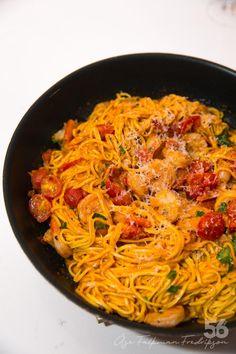 Pasta med vitlöksfrästa räkor och vitt vin - 56kilo.se - Recept, inspiration och livets goda Good Food, Yummy Food, Homemade Pesto, Pesto Pasta, Fish And Seafood, Deli, Spaghetti, Food And Drink, Veggies