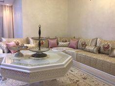 Le plus beau décor de salon marocain pour cette année - decorationmarocains Moroccan Lounge, Moroccan Room, Moroccan Interiors, Moroccan Decor, Living Room Tv, Living Room Furniture, Arabic Decor, Room Setup, Living Room Inspiration