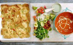 Nachos servidos com sopa mexicana de tomate e molho picante de iogurte - Receitas - Receitas GNT