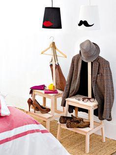 """Trasformare due sgabelli Ikea in due simpatici porta abiti per la camera da letto è facilissimo. La scaletta servirà per appoggiare scarpe e accessori, mentre l'asta applicata con l'appendiabiti servirà ad accogliere gli abiti a fine giornata. Personalizzare con un particolare quello di """"lui"""" e quello di """"lei"""" è un'idea simpatica."""