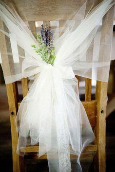 décoration originale pas cher et jetable avec un voilage blanc pour les chaises