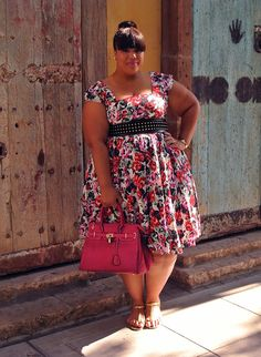 ESTILO NÃO TEM TAMANHO: VAMOS USAR ESTAMPAS! #plussize #curvygirls.  I have no idea what that says, I just love this dress and the way it looks on her.