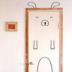 Türen können so langweilig sein. Oder wir tun was dagegen. Zum Beispiel mit Aufklebern. DIY