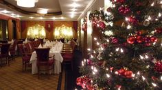 Unser Restaurant MaxWell erstrahlt in rotem Weihnachts-Glanz.  Our restaurant MaxWell is shining in a red Christmas light.