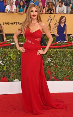 sofia vergara in donna karan atelier red dress Sofia Vergara, Brian Atwood, Donna Karan, Tory Burch, Evening Dresses, Prom Dresses, Looks Black, Celebrity Look, Celeb Style