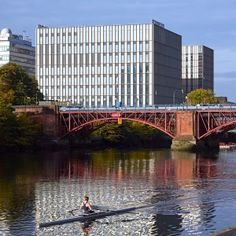 Glasgow's+nautical+and+engineering+college+presents+gridded+glass+facades+to+the+River+Clyde