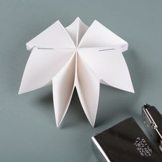 Staple-back-2 Flower Garlands, Origami, Flowers, Diy, Education, Board, Art, Bricolage, Florals