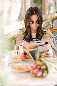 Perfect Parisian Street Style - A striped top, trench coat and sunglasses. Who wouldn't want to sit in a parisian cafe and drink coffee? Mode Style, Style Me, Sunglasses For Your Face Shape, Crystalin Marie, Pause Café, Moda Paris, A Perfect Day, Simple Pleasures, Look Chic