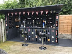 Man Builds Incredible Pallet Bar In His Back Garden For Barbacoa, Bar Palettes, Pallet Exterior, Bar En Palette, Outdoor Pallet Bar, Outdoor Wooden Bar, Outdoor Bars, Sheffield, Built In Bar