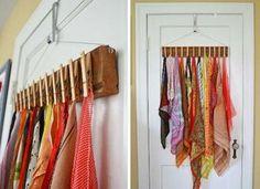 スカーフ類の収納としておすすめなのがピンチで留める方法。これなら、シワにならず使いたい柄をサッと取り出せます。