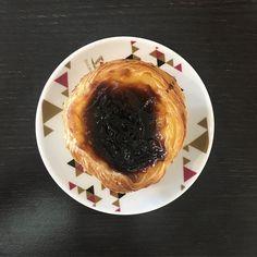 Não sei você, mas eu sempre associo os países as suas respectivas comidas. Portugal, por exemplo, me lembra Pastel de Belém 😋😋 🍮 E, cá entre nós, tem coisa mais gostosa do que viajar e comer a culinária local? Nunca vou ser magérrima na vida, mas pelo menos viajo feliz! 😂😋🍴 . . #europetrip #europetravel #portugal #visitportugal #lisboa #lisbona #pasteldebelem #pasteldenata #food #lisbonne #lisboncity #traveling #travel #travelgram #vaigordinha by asviagensdetrintim. pasteldenata…