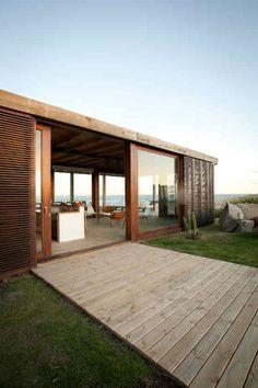 Precies op de grens tussen zand en gras staat dit fantastische strandhuis in Punta del Este, Uruguay.