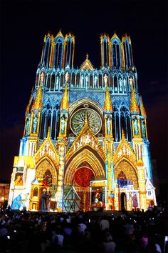 No la vi de colores... Habrá que volver.  Cathédrale Notre Dame de Reims by Patrick Bouchot, via http://VIPsAccess.com/luxury-hotels-paris.html