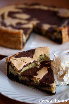 Noe av det beste som kommer fra Sverige er kladdkakor. Kladdkaker kjennetegnes av at deigen bare skal røres raskt sammen og den ferdige kaken skal bli myk,litt klebrig og nærmest konfektaktig i konsistensen. Yummy! Her har du en variant som består av både lys og mørk deig som marmoreres lett sammen før steking. Resultatet blir en skikkelig stilig kake. Smaker nydelig med en klatt iskrem!