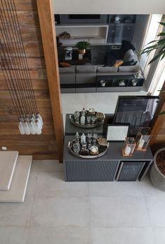 Decoração cinza com madeira de demolição destaca loft de 140 m² (Foto: Evelyn Muller/divulgação)