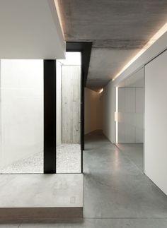 Small light patio inside the Office Solvas by Graux & Baeyens. #concrete #insideoutside