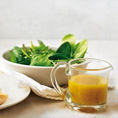 """Aprikosen-Vinaigrette mit Blattsalat Für die Aprikosen-Vinaigrette: 2 EL milder Obstessig (z. B. """"Mirabellen Essig"""") 1 ¼ TL milder Honig 1 TL mittelscharfer Senf Salz frisch gemahlener Pfeffer 4 ½ EL Öl 1 ½ TL Aprikosenkonfitüre 1 TL mildes Currypulver"""