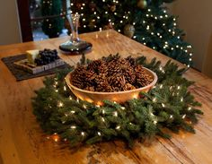 Un centro de mesa es la corona de pino. Pueden colocar en ella símbolos de lo que anhele para el Año Nuevo: una pareja de pájaros en caso de desear una relación, trigo para aumentar la prosperidad en el hogar, algún corazón para buscar la unión y el amor familiar