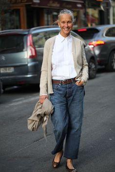 Jean Silhouette, in stylish, classic casual street style Mature Fashion, Fashion Mode, Fashion Blogger Style, Fashion Over 50, Look Fashion, Womens Fashion, Fashion Tips, Fashion Trends, Fashion Bloggers