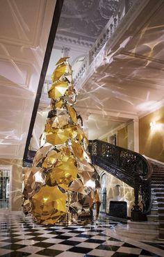 O Claridge's, em Londres, em parceria com o CEO e diretor criativo da Burberry, Christopher Bailey, inaugura, esta quarta feira, a árvore de Natal exposta na entrada do Hotel.