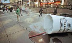 Een 'coffeeshop' in New York toonde op 7th Avenue een gigantische koffiebeker, die ogenschijnlijk omgevallen is. Niet alleen voelden de voorbijgangers de hitte van de stoom, ook roken ze het aroma van de koffie. Geur en warmte kan aanstekelijker werken dan menig commercial.