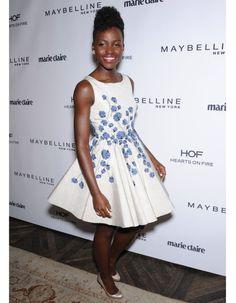 Hier à Los Angeles, Lupita Nyong´o faisait la fête lors d'une soirée pour célébrer son contrat d'égérie Lancôme. Et quoi de mieux qu'une jolie robe féminine, gracieuse et qui tournoie signée Giambattista Valli ?  http://www.elle.fr/People/Style/Look-du-jour/Le-look-du-jour-Lupita-Nyong-o-nouveau-visage-de-Lancome-2696707