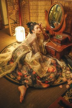 Asleep on her vanity Hanfu, Cheongsam, Korean Traditional Clothes, Traditional Dresses, Asian Style, Chinese Style, Poses, Geisha Art, Ancient Beauty
