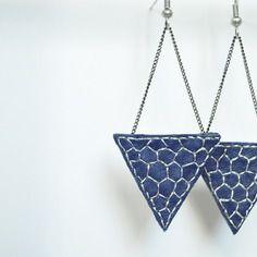 Boucles d'oreilles  graphiques en cuir véritable bleu marine brodé argent Création unique et originale Sha-la-la.