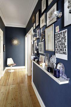 Насыщенный синий цвет на стенах хорошо смотрится со светлым полом