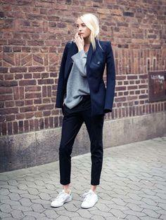 look calça cigarrete e blazer azul marinho