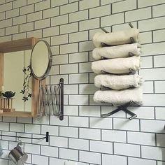 収納力アップは壁面収納にあり!DIYでつくる壁面収納アイディア | RoomClip mag | 暮らしとインテリアのwebマガジン Japanese House, Cabinet Colors, Washroom, Ikea Hack, Laundry, Towel, Storage, Home Decor, Organizing