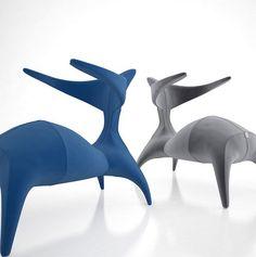 Ce fauteuil signé Alex Kozynets appelle à la détente, on hésite entre meuble et fauteuil, ce qui est certain c'est que son petit coté animal ou créature lui donne du mouvement, un fauteuil vi…