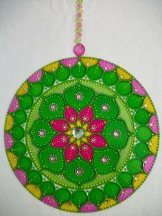 Mandala curativa Y ARMONÍA:  flor mandala en verde, amarillo y rosa activa la salud física y energética. El verde es un color que calma que armoniza y equilibra. Representa las energías de la naturaleza, la vida, la esperanza y la perseverancia. Amarillo despierta nuevas esperanzas para las personas que están en busca de curación. Contribuye vitalidad, la alegría, la liberación, la ligereza. Pink calma, relaja y abre el corazón. Aporta ligereza y suavidad, comodidad y calidez para el alma. Recycled Cds, Wine Glass Designs, Rangoli Patterns, Cd Crafts, Cd Art, Ideias Diy, Circular Pattern, Posca, Mandala Coloring