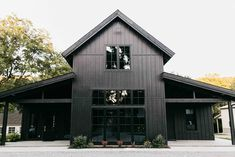 Fashion-Forward Wedding Inspiration at Spain Ranch's Black Barn – Green Wedding Shoes – House Design Ideas Metal Building Homes, Metal Homes, Building A House, Black Barn, White Barn, Green Barn, Modern Barn, Modern Farmhouse, Modern Rustic