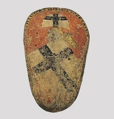 Deutschordens-Hochmeisterschild, um 1320   Holz, Lederbezug, bemalt, 98,5 x 57,5 cm Umschrift: · + · CLIPPEVS · CVM · GALEA · MAGISTRI · (ORDI) NIS · FRATRVM : THEVTONICORVM (Schild mit Helm des Meisters des Ordens der Deutschen Brüder)