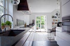 """Lang disk som fortsætter forbi køkkenet. """"Kogeø"""" til højre i billedet åbner ud i stuen"""