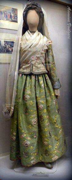 Ίος - Γιορτινή φορεσιά 18ου 19ος αι. Ios island, 18th -19th century  Φωτογραφία: Ασημίνα Βούλγαρη