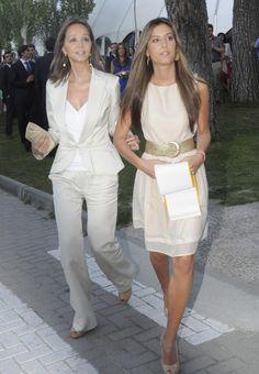En el acto de graduación de su hija Ana Boyer en junio de 2012 Business Outfit Damen, Desi Wedding Dresses, Capsule Wardrobe, Fashion Beauty, Womens Fashion, Types Of Dresses, Celebrity Look, Fashion Over 40, Old Women