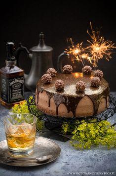Tort, który przygotowałam na wczorajsze urodziny Grzegorza. O wyrazistym smaku i mocno naponczowanym biszkopcie. Z dodatkiem dżemu z dyni i oprószoną brokatem