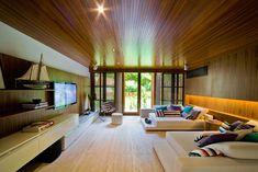 Fernanda Marques Arquitetos Associados ha completado la Residencia de Laranjeiras, en la costa sur de Río de Janeiro
