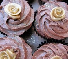 Peggy's Cupcakes: Chocolate and gold cupcakes (no recipe) Cupcake Frosting, Cupcake Cakes, Baby Cakes, Dutch Recipes, Sweet Recipes, 50th Cake, Baking Cups, Frosting Recipes, Cookie Desserts