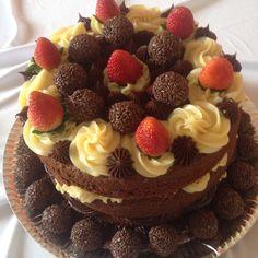 Naked Cake dois amores ( brigadeiro branco e brigadeiro de chocolate) Bolos Naked Cake, Naked Cakes, Sweet Recipes, Cake Recipes, Dessert Recipes, Food Cakes, Dessert Drinks, Fun Desserts, Just Cakes