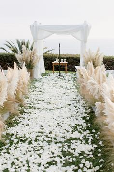 Clean and romantic ceremony by the beach Photography by Elisabeth Millay Design/planning by Amber Events