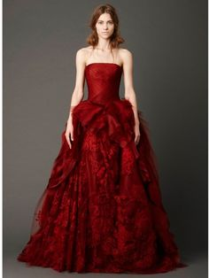 My favourite red wedding dress from the Vera Wang Spring 2013 Bridal Collection. Wonder if it would look as gorgeous in white. Halloween Wedding Dresses, Red Wedding Dresses, Wedding Gowns, Wedding Bride, Wedding Cake, Vera Wang Bridal, Vestidos Fashion, Colored Wedding Dress, Mode Glamour