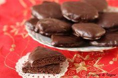 Mostaccioli morbidi napoletani, biscotti tipici del periodo natalizio a forma di rombo, speziato e morbidi al cioccolato e ricoperti di glassa fondente